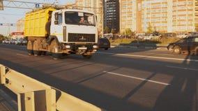 La strada principale con la corrente delle automobili nella sera Paesaggio urbano Timelapse video d archivio