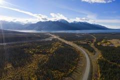 La strada principale dell'Alaska ed il lago Kluane fotografie stock libere da diritti