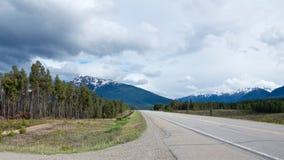 La strada principale della strada panoramica di Icefield funziona lungo le belle montagne rocciose fotografia stock