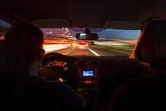 La strada principale di notte dall'interno dell'automobile con moto ha offuscato l'accelerazione immagini stock libere da diritti