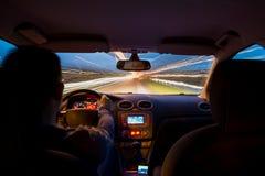 La strada principale di notte dall'interno dell'automobile con moto ha offuscato l'accelerazione fotografie stock libere da diritti