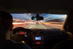 La strada principale di notte dall'interno dell'automobile con moto ha offuscato l'accelerazione fotografia stock libera da diritti