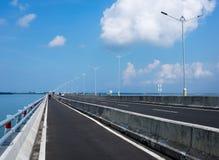 La strada principale ed il ponte di Bali inoltre hanno chiamato la strada a pedaggio di Mandara Bali Immagine Stock Libera da Diritti