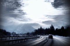 La strada principale in inverno con neve e un giorno freddo si illuminano Fotografie Stock