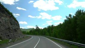 La strada principale nella zona di montagna Movimento della macchina fotografica 4K Cielo e nubi archivi video