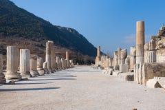 La strada principale romana con le colonne di pietra rema in ephesus archeologico immagini stock
