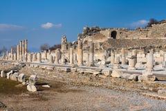 La strada principale romana di panorama con le colonne di pietra rema in ephesus Archa immagini stock libere da diritti