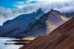 La strada principale sui pendii delle montagne vulcaniche Fotografia Stock Libera da Diritti