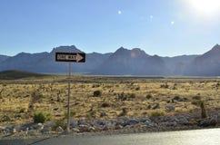 La strada a senso unico segnale dentro il paesaggio della montagna del deserto del Mojave Fotografie Stock Libere da Diritti
