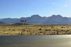 La strada a senso unico segnale dentro il paesaggio della montagna del deserto del Mojave Immagini Stock Libere da Diritti
