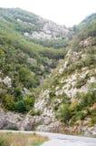La strada in Serbia fra le scogliere ripide Fotografia Stock