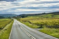 La strada sopra il Blubberhouses selvaggio attracca nel Yorkshire Inghilterra fotografie stock libere da diritti