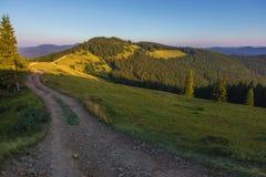La strada sulla cresta della montagna un giorno soleggiato fotografia stock