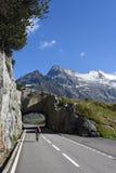 La strada a Susten passa sopra le alpi svizzere Immagine Stock Libera da Diritti