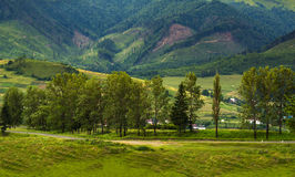 La strada va al paesino di montagna Fotografia Stock Libera da Diritti