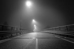 La strada vuota nel mezzo della notte immagini stock