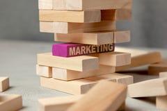 La stratégie marketing de Digital est la base des affaires Tour des blocs en bois et dans la base d'un MARKETING pourpre de bloc image stock