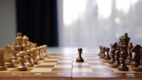 La strategia di pianificazione con scacchi dipende la tavola Strategia, direzione e concetto di lavoro di squadra stock footage