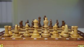 La strategia di pianificazione con scacchi dipende la tavola Strategia, direzione e concetto di lavoro di squadra archivi video