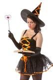 La strega di Halloween legge il libro magico Fotografie Stock Libere da Diritti