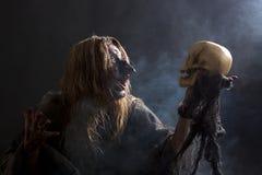 La strega parla con il cranio Immagini Stock