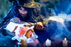 La strega sta cucinando la pozione magica fotografia stock