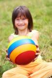 La stretta del bambino una sfera Immagine Stock Libera da Diritti