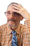 La stretta dell'uomo anziano sulla sua testa Immagine Stock