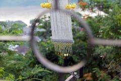 La striscia decorativa del tessuto fluttua nel vento Fotografie Stock