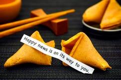 La striscia di carta con le notizie felici di frase è sul suo modo a voi dalle FO Fotografia Stock Libera da Diritti