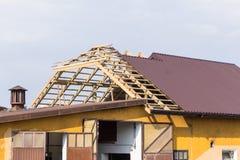 La structure de toit en bois, tuiles couvertes en métal Photo libre de droits