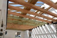 La structure en bois du bâtiment Bâtiment à pans de bois en bois de toit Le système de TFB comporte les blocs thermo remplis de b photo libre de droits