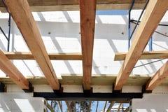 La structure en bois du bâtiment Bâtiment à pans de bois en bois de toit Le système de TFB comporte les blocs thermo remplis de b image stock