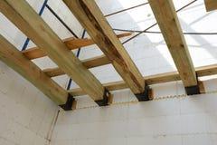 La structure en bois du bâtiment Bâtiment à pans de bois en bois de toit Le système de TFB comporte les blocs thermo remplis de b photographie stock libre de droits