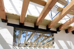 La structure en bois du bâtiment Bâtiment à pans de bois en bois de toit Le système de TFB comporte les blocs thermo remplis de b photos stock