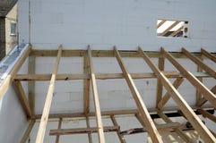 La structure en bois du bâtiment Bâtiment à pans de bois en bois de toit Le système de TFB comporte les blocs thermo remplis de b photo stock
