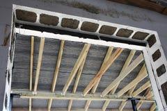 La structure en bois du bâtiment Bâtiment à pans de bois en bois de toit Le système de TFB comporte les blocs thermo remplis de b photos libres de droits