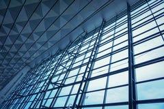 La structure métallique du mur de verre dans l'aéroport images stock