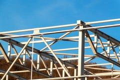 La structure métallique est en construction Installation des halls en métal Travail à la taille Un jour ensoleillé à un chantier  Image stock