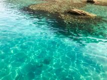 La struttura è acqua salata di sale marino iridescente leggera blu bagnata trasparente, il mare, oceano con le onde, ondulazioni  Immagini Stock Libere da Diritti