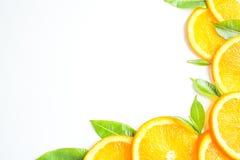 La struttura arancio affettata, fondo bianco, spazio della copia fotografie stock libere da diritti