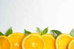 La struttura arancio affettata, fondo bianco, spazio della copia fotografia stock libera da diritti