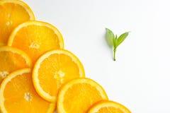 La struttura arancio affettata, fondo bianco, spazio della copia immagine stock