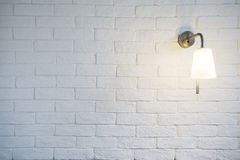 La struttura bianca di Misty Brick Wall Background Or con accende il reggiseno Fotografia Stock Libera da Diritti