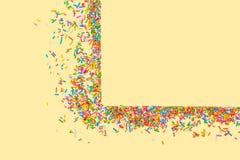 La struttura del confine di variopinto spruzza su un fondo giallo con la c immagini stock libere da diritti