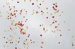 La struttura del fondo balloons in cielo rosso e giallo Fotografie Stock