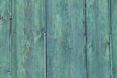 La struttura del fondo di vecchio recinto dei bordi naturali di legno dipinti con pittura verde fotografia stock libera da diritti