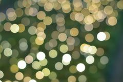 La struttura del fondo di verde ha colorato le luci vaghe decorazione di Natale Fotografia Stock Libera da Diritti