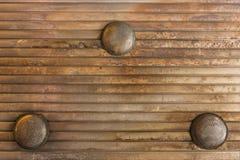 La struttura del fondo del soffitto arrugginito ondulato del metallo ha fornito i wi immagine stock libera da diritti