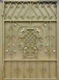 La struttura del portone dorato del metallo con un bello modello floreale di meta forgiato Fotografia Stock Libera da Diritti